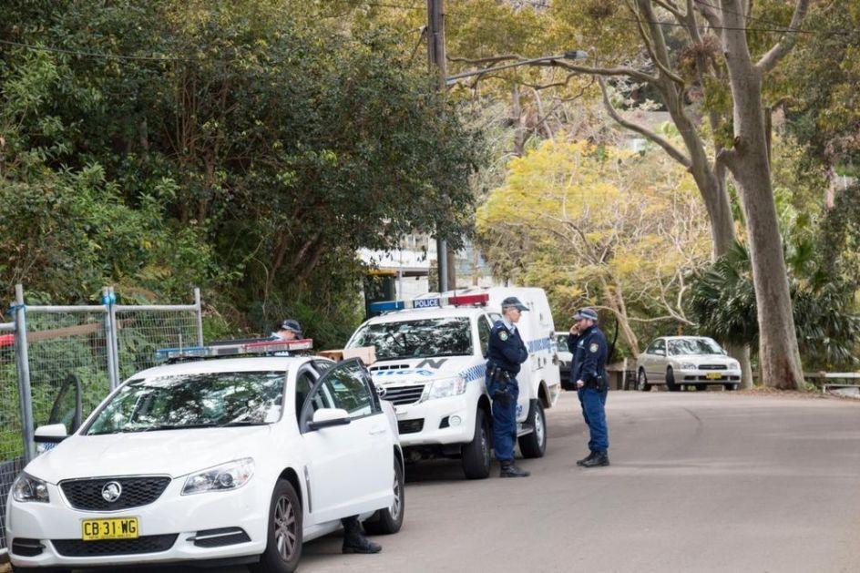 DVA IZGLADNELA BRATA PRONAĐENA U ZAKLJUČANOJ SOBI: Telo mrtvog oca bilo ispred vrata, policija čula vrištanje tinejdžera