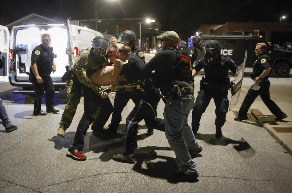 DVOJICA POLICAJACA U ATLANTI DOBILA OTKAZ: Upotrebili prekomernu silu, snimci pokazali brutalnost tokom protesta (VIDEO)