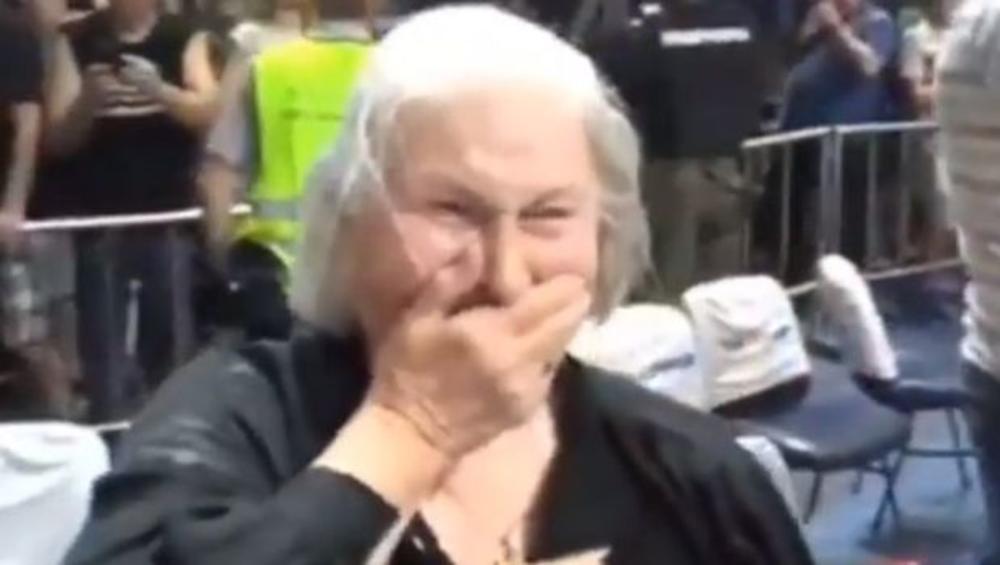 DŽIKIĆEVA MAJKA U SUZAMA POSLE TROJKE ZAGORCA: Košarkaši Partizana prišli da je smire, ona ih dugo grlila (VIDEO)