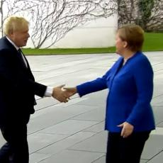 DŽONSON SE IZBLAMIRAO U BERLINU: Pogledajte URNEBESNI SNIMAK, Merkelova u STAVU MIRNO a on ZAKLJUČAN U KOLIMA (VIDEO)