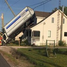 Da je hteo namerno ovo da uradi, ne bi uspeo: Pogledajte kako je kamion završio na krovu kuće! (VIDEO)