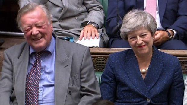 Da li se Tereza Mej malo podsmeva Borisu Džonsonu ili je samo vesela?