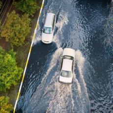 Da li ste ikada lebdeli po vodi tokom vožnje? Evo koliko to zaista može da bude OPASNO!