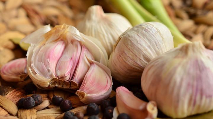 Da li znate šta se ZAISTA dešava vašem telu kad jedete beli luk na prazan stomak? Ovih 9 činjenica bi mogle da vas iznenade