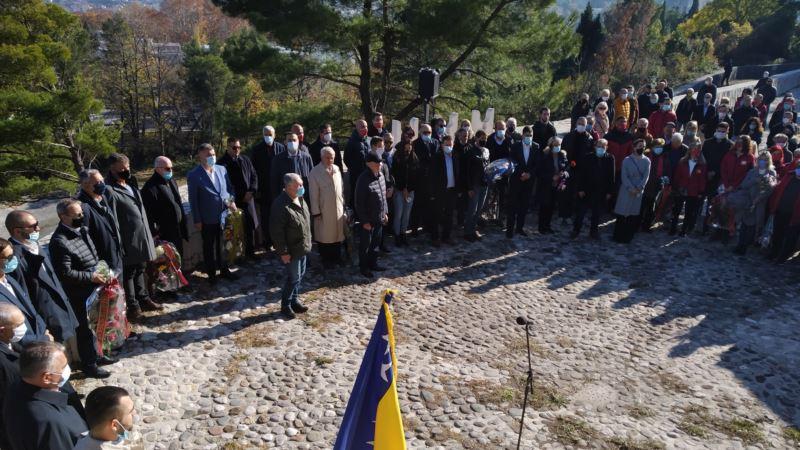 Dan državnosti BiH obilježen na partizanskom groblju u Mostaru i Memorijalnom centru u Potočarima