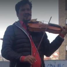 Danilo je uzeo violinu u ruke i oduševio Srbiju: Snimak iz Beograda širi se društvenim mrežama (VIDEO)
