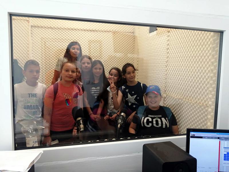 Deca iz Neradovca u poseti OK Radiju