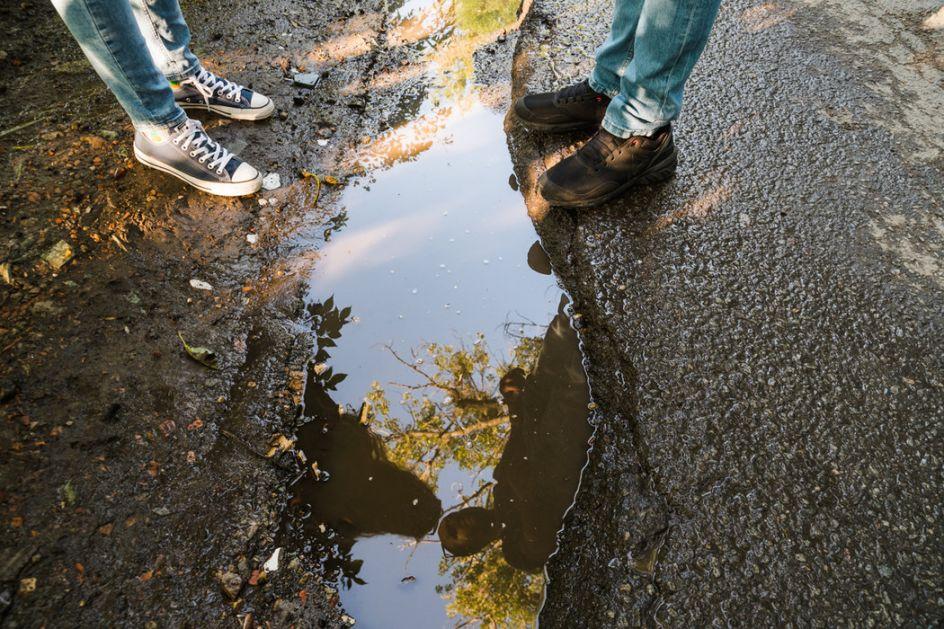 Dečak pešači da bi podigao svest o klimatskim promenama