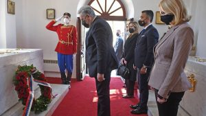 Delegacija crnogorske Vlade položila venac na Cetinju, nekoliko desetina građana protestovalo