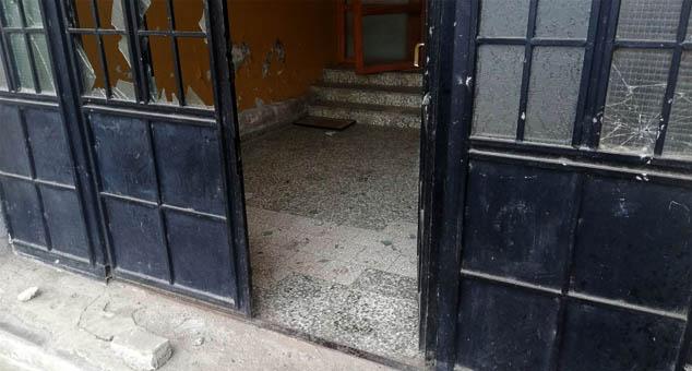 Demolirana ulazna vrata srpske škole u Obiliću, mediji relativizuju napad