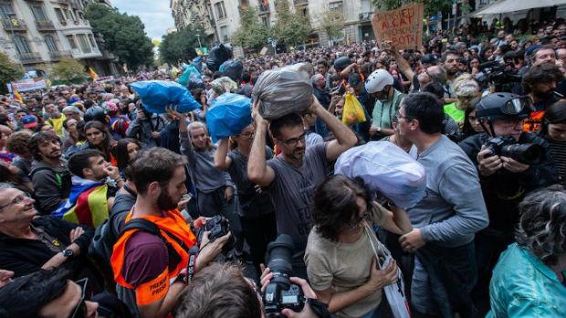 Demonstranti na protest poneli kese sa smećem
