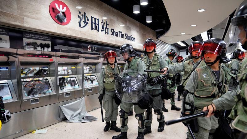 Demonstranti u Hong Kongu upali u tržni centar, pocepali kinesku zastavu