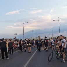 Demonstranti u Novom Sadu blokirali most: POTPUNO ZAUSTAVILI SAOBRAĆAJ, UZNEMIRAVALI I POLICIJU (FOTO)