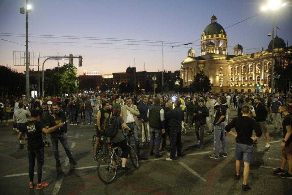 Okončan protest u Beogradu: Demonstranti rasterani, letele kamenice i suzavac, zapaljeni policijski automobili