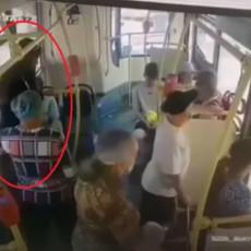 Devojka se ONESVESTILA OD VRUĆINE u gradskom prevozu - ali REAKCIJA putnika je još JEZIVIJA (VIDEO)