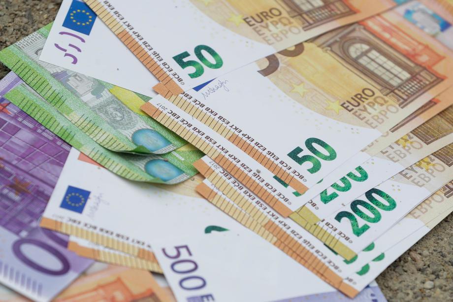Dinar bez oscilacija, kurs 117,56
