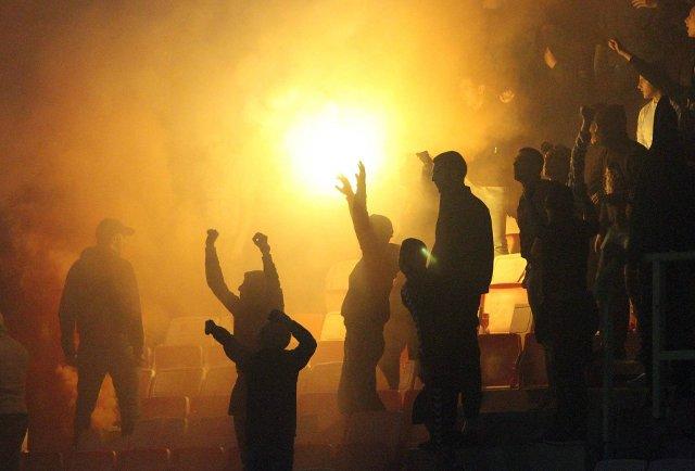 Divljali navijači Spartaka u Mariboru, sudija umalo pogođen bakljom (video)
