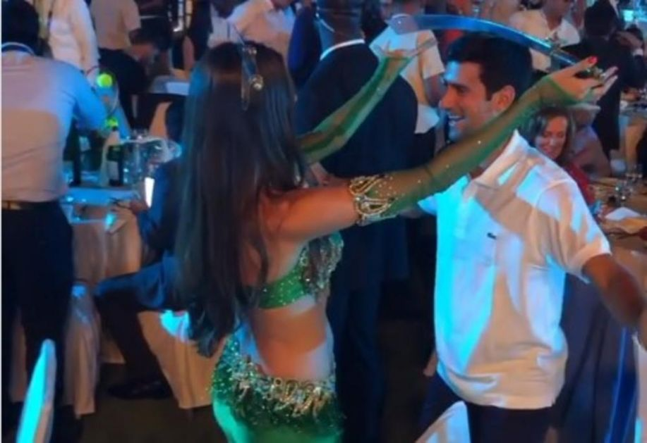 ĐOKOVIĆ SE ZAIGRAO SA TRBUŠNOM PLESAČICOM: Pogledajte kako Novak MEŠA u Dubaiju! A onda je ona izvadila SABLJU (VIDEO)