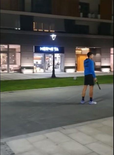 Đoković igrao tenis sa decom ispred zgrade (VIDEO)
