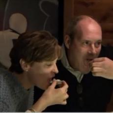 Dok je jeo u restoranu, osetio je nešto TVRDO u ustima - nije mogao da veruje šta je ISPLJUNUO! (VIDEO)
