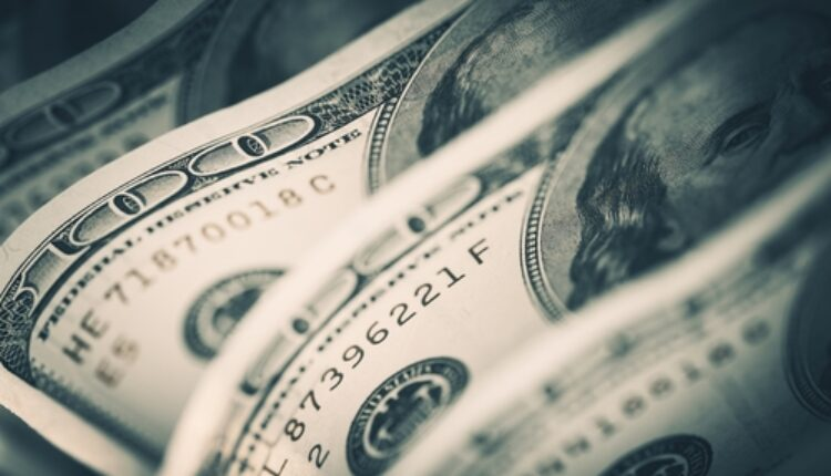 Dolar znatno pao, evro ojačao