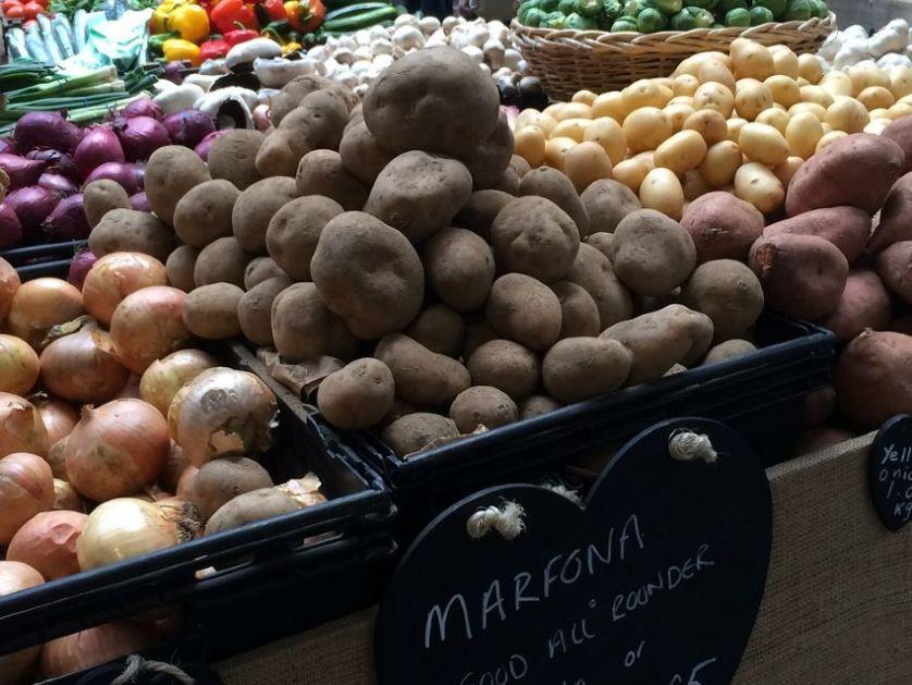 Domaće voće i povrće puni tegle