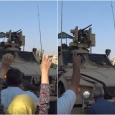 Došli sa LOVORIKAMA, odlaze sa PARADAJZOM I KAMENJEM! Pogledajte kako su Kurdi ispratili AMERE IZ SIRIJE! (VIDEO)