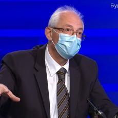 Dosta više o tim vakcinama Konu neko pretećim glasom dobacivao iz besnih, crnih kola, a on je ovako odreagovao