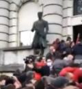 Državni sekretar šalje poljupce, demonstranti odgovorili kamenicama VIDEO
