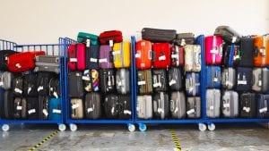 Dvogodišnjak u vožnji svog života aerodromskom trakom za prtljag, među koferima