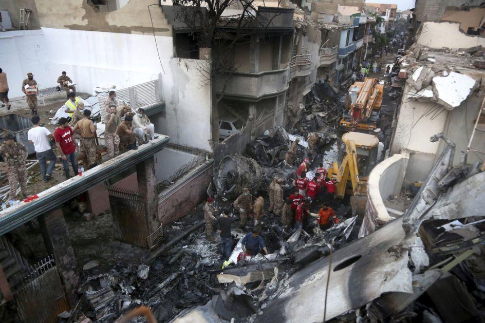 Dvoje preživelo pad pakistanskog aviona, do sada 97 žrtava