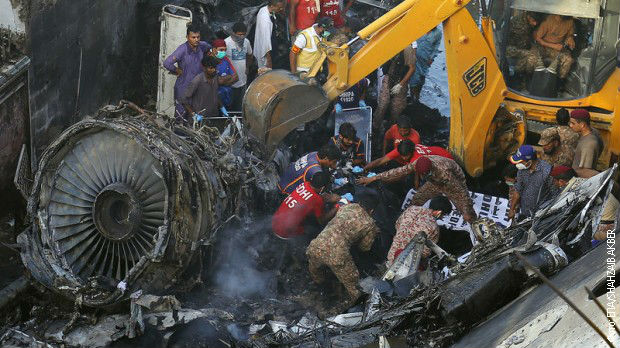 Dvoje putnika preživelo pad pakistanskog aviona