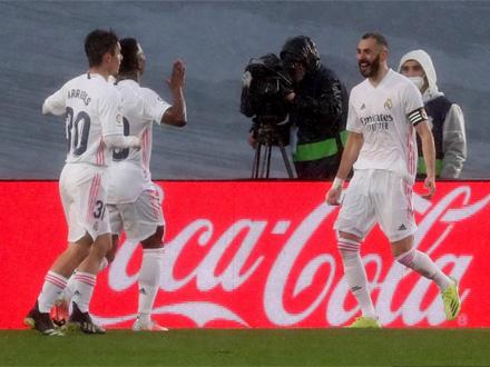 E, to je derbi: Real pobedio u el klasiku i preskočio Barsu i Atletiko, svi pričaju o Benzeminoj peti! /VIDEO/