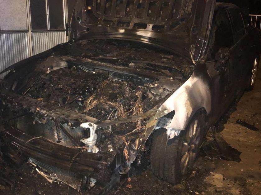 EKSPLOZIJA U MALOM MOKROM LUGU: Automobil izgoreo u dvorištu porodične kuće (VIDEO)