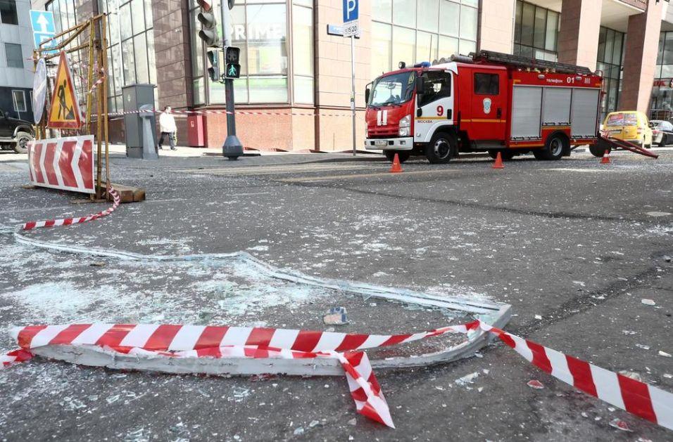 EKSPLOZIJA U POSLOVNOM CENTRU U MOSKVI! Dramatičan snimak sa lica mesta: Popucali prozori, staklo po automobilima VIDEO