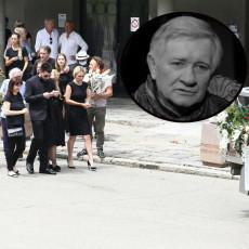 EMOTIVNI OPROŠTAJ: Uz govor i aplauz sahranjen Novica Zdravković (FOTO/VIDEO)