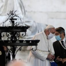 EPIDEMIOLOŠKA SITUACIJA U RIMU POSTALA OZBILJNA: Papa Franja prvi put nosio masku na molitvi za mir u svetu