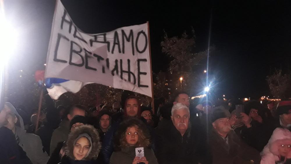 EPILOG SINOĆNJIH NEMIRA U PODGORICI: Deset ljudi uhapšeno jer su sprečavali komunalce da prekreče srpsku zastavu