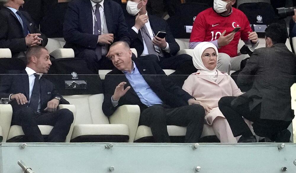 ERDOGAN SE NERVIRA U LOŽI: Predsednik bodri fudbalere Turske protiv Velsa
