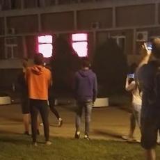 ESKALACIJA NASILJA U KRAGUJEVCU: Razbijeni prozori na stanici policije (VIDEO)