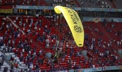 EURO: Aktivista Grinpisa umalo da se sruši na tribinu pre utakmice u Minhenu
