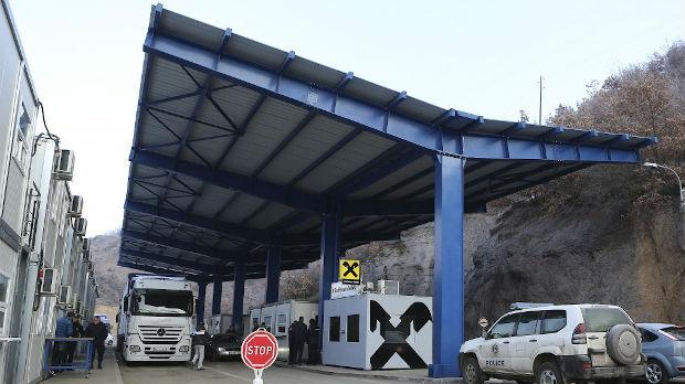 Ekipa RTS-a na Jarinju: Kamioni iz centralne Srbije zaustavljeni na prelazu