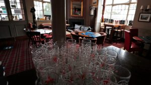 Engleska otvara pabove uz mere predostrožnosti zbog pandemije