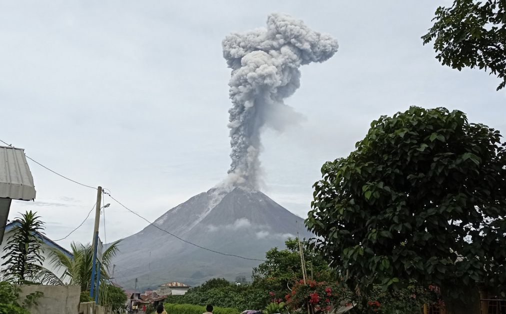 Erupcija vulkana Sinabung u Indoneziji, stub pepela visok 2,8 kilometara