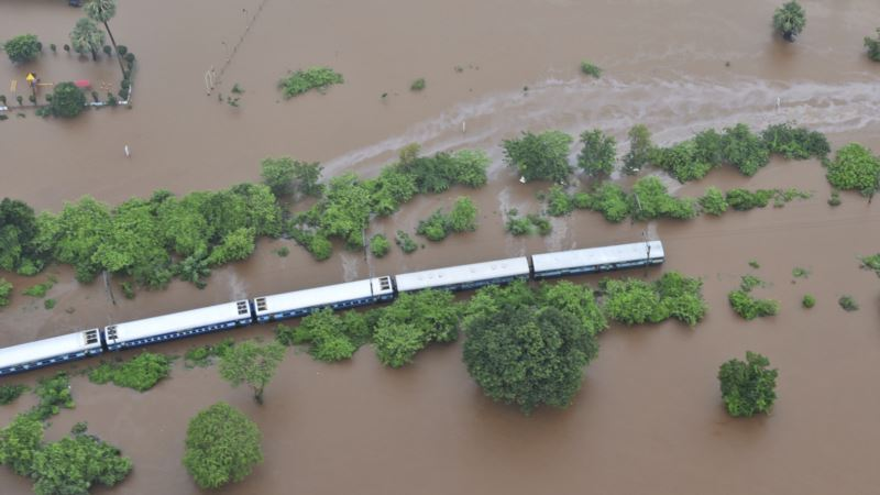 Evakuisano 700 putnika iz poplavljenog voza u Indiji