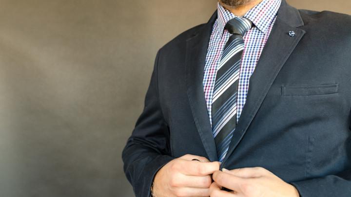 Evo kako da pravilno vežete kravatu u samo nekoliko poteza