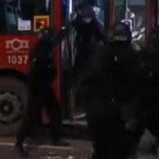 FILMSKA AKCIJA BEOGRADSKE POLICIJE: Žandarmerija upala u autobus, hapšenje naočigled putnika (VIDEO)