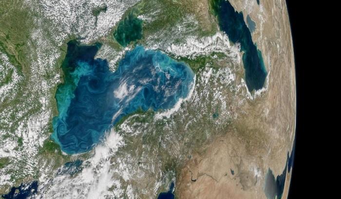 FOTO: Crno more promenilo boju