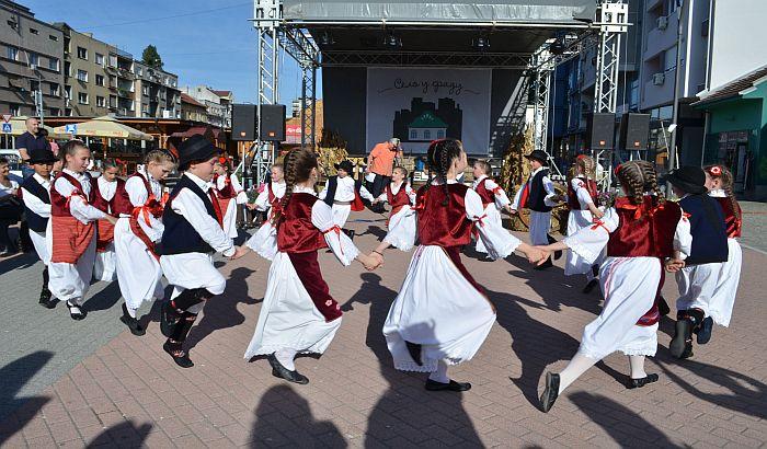 FOTO: Počela manifestacija Selo u gradu na Trgu republike
