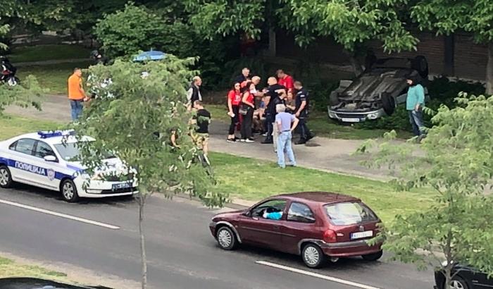 FOTO: Prevrnuo se automobil sa maturantima na Limanu